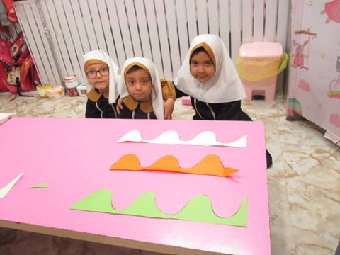 آموزش خطوط منحنی و مهارت کار با قیچی- کلاس خانم فخارسعادت
